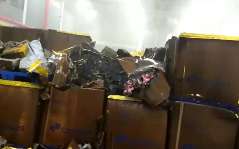 Caixas de correspondências e encomendas foram atingidas por incêndio e água na central de distribuição dos Correios em Indaiatuba, uma das maiores do Brasil (Foto: Reprodução/EPTV)
