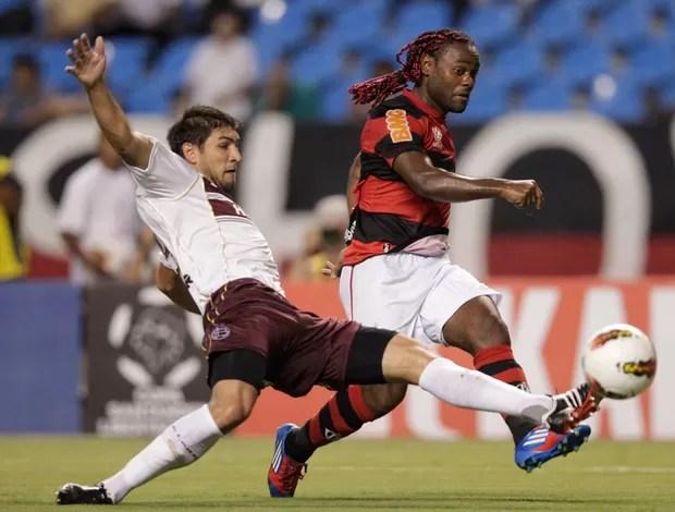 Diego Luis Braghieri do Lanús e Vagner Love do Flamengo (Foto: AP)