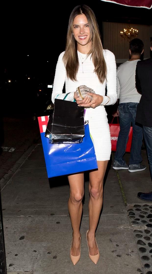 Alessandra Ambrósio comemora seu aniversário em Los Angeles, nos Estados Unidos (Foto: Splash News/ Agência)