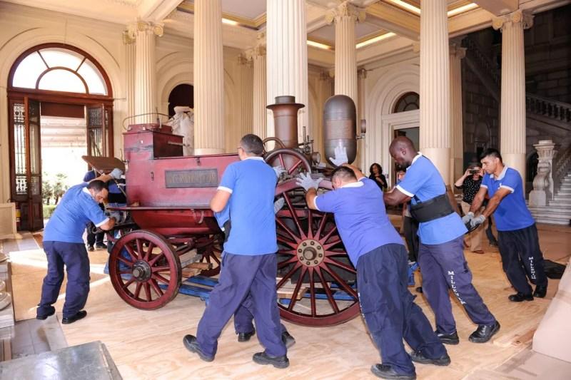 Funcionários retiram veículo do Museu do Ipiranga  (Foto: José Rosael/Museu Paulista da USP)