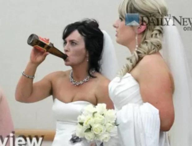 Katrina Hayman provocou polêmica ao beber cerveja no gargalo. (Foto: Reprodução)