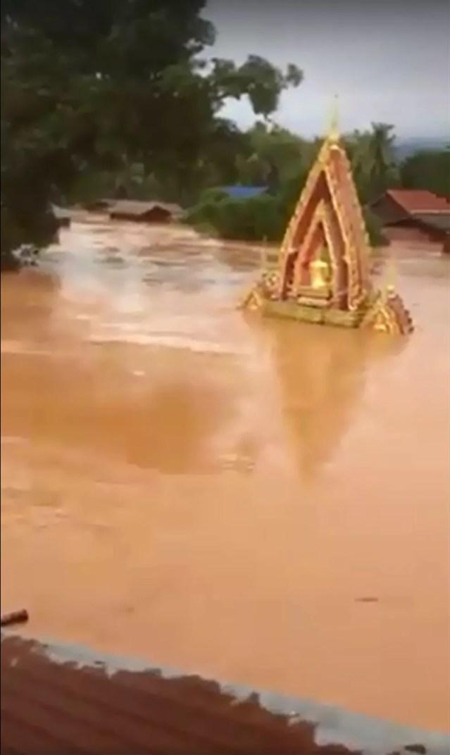 Imagem retirada de vídeo mostra estruturas da cidade de Attapeu cercadas de água pela inundação causada por rompimento de represa (Foto: Handout/ABC Laos/ AFP)