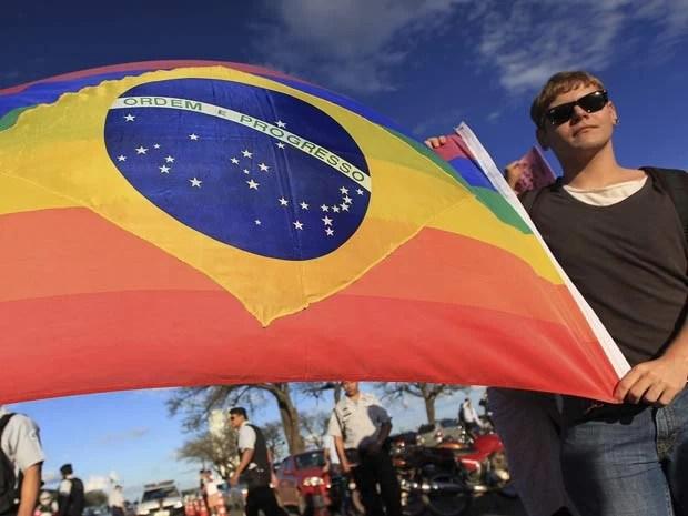Manifestante com bandeira do Brasil com as cores do movimento gay durante manifestação de evangélicos na Esplanada dos Ministérios nesta quarta (5) (Foto: Ueslei Marcelino/Reuters)