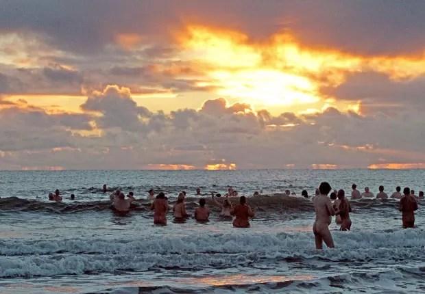 Mais de 200 banhistas nus enfrentaram o frio com o objetivo de quebrar o recordce mundia. (Foto: Lindsey Parnaby/AFP)