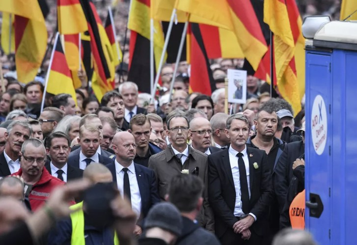 Bjoern Hoecke, líder do grupo Alternativa para a Alemanha, participa de protesto de extrema-direita em Chemnitz, no leste do país (Foto: Ralf Hirschberger / dpa via AP)