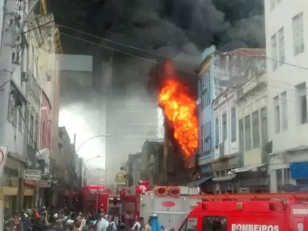 Incêndio atinge loja na Senador Pompeu, Centro do Rio (Foto: Whatsapp RJTV)