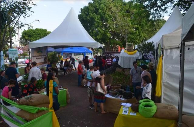 Exposição foi montada pela Emater em local estratégico, na praça Governador Jorge Teixeira (Foto: Magda Oliveira/ G1 )
