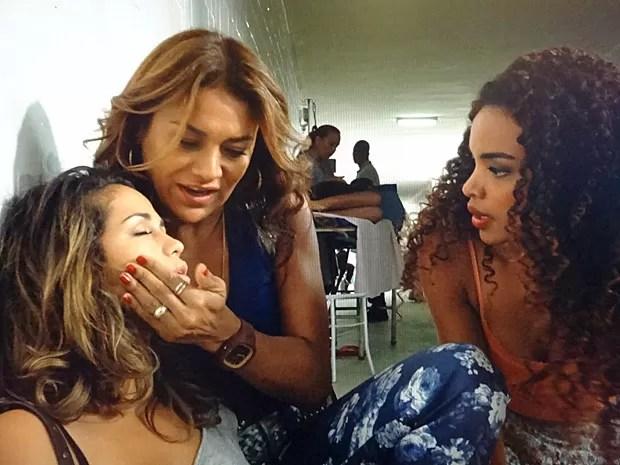 Sem atendimento médico, Morena fica caída no chão do posto de saúde (Foto: Salve Jorge / TV Globo)