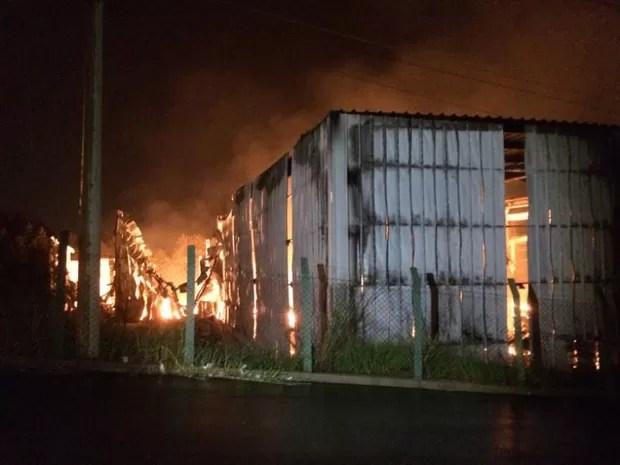 Incêndio atingiu fábrica de móveis em Itupeva (Foto: Rafael Fachin/TV TEM )