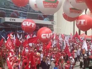 Manifestantes se concentram em calçada na frente do número 901 da Av. Paulista, onde fica sede da Petrobras. (Foto: Kléber Tomaz/G1)