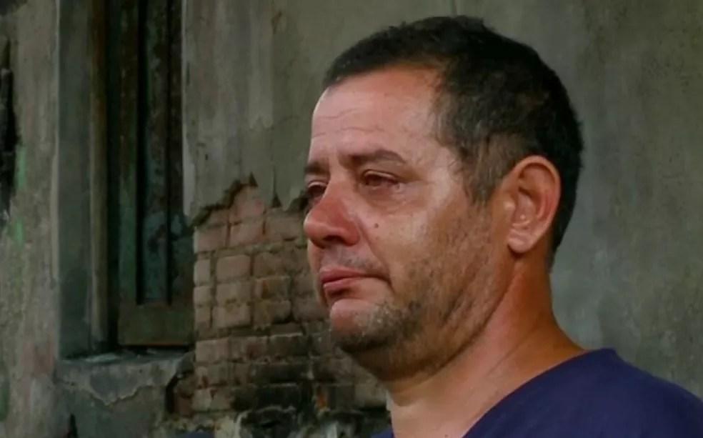 Pai se emociona ao lembrar resgate de filho de 7 anos por pedreiro que entrou em casa em chamas (Foto: Reprodução/RBS TV)