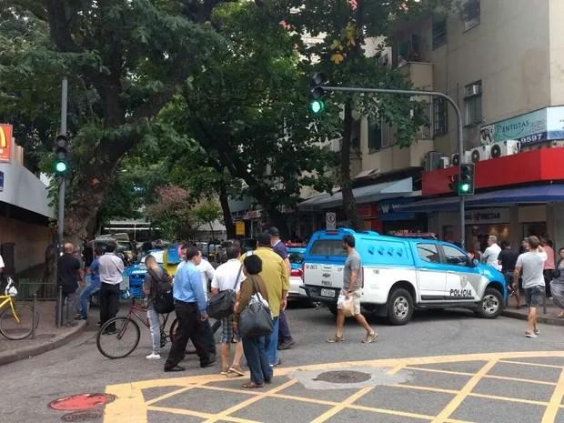 Polícia chega à Rua Teixeira de Melo, após tiroteio no Pavão-Pavãozinho (Foto: Nicolás Satriano/G1)