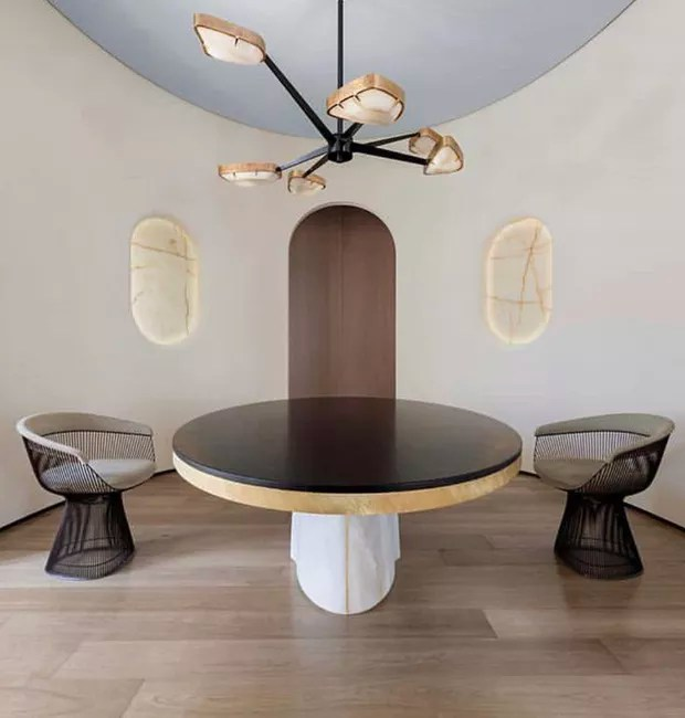 Pé direto amplo e móveis proporcionais adicionam elegância à decoração (Foto: Divulgação)
