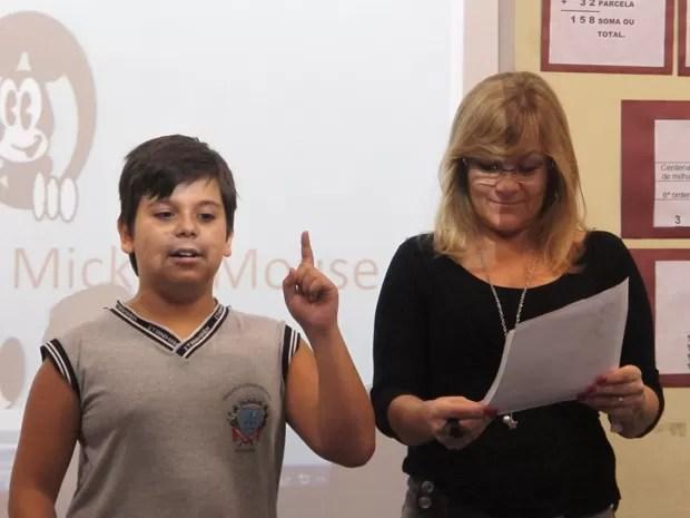 Diego e a professora contando histórias para a classe (Foto: Mariane Rossi/G1)