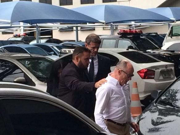 Aloysio Neves, presidente do TCE-RJ, chega à PF (Foto: Bruno Albernaz / G1)