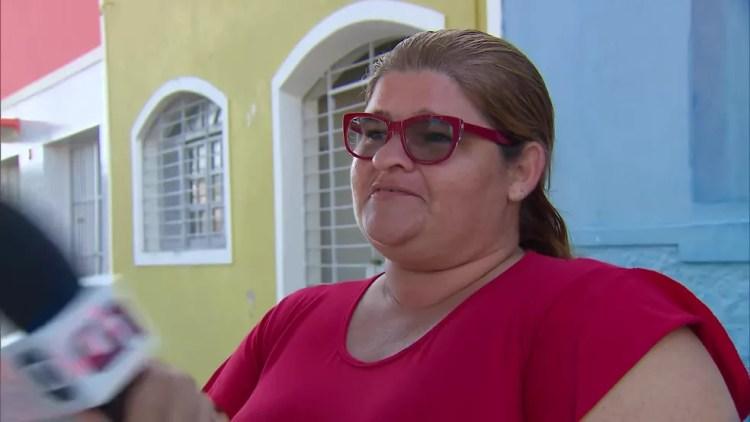 Carla Accioly afirmou que sentiu falta de ar após trabalhar como voluntária na ação contra o óleo em São José da Coroa Grande, em Pernambuco — Foto: Reprodução/TV Globo