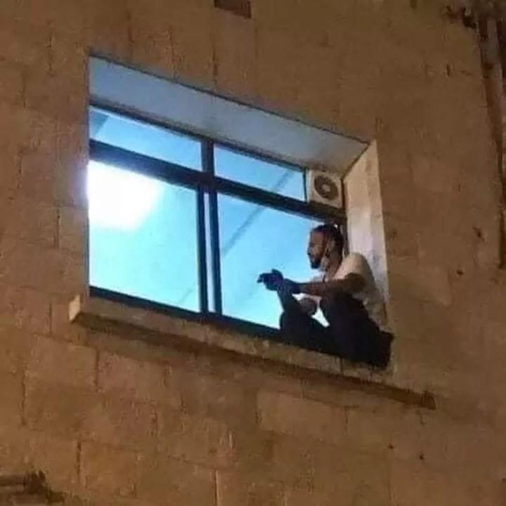 Jovem escalou até a janela de onde podia ver sua mãe doente de Covid — Foto: Reprodução/Twitter/Mohamad Safa