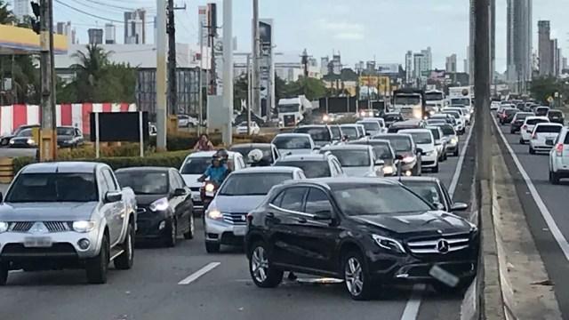 Trânsito ficou intenso na BR-230 após acidente envolvendo carro de luxo entre João Pessoa e Cabedelo (Foto: Walter Paparazzo/G1)