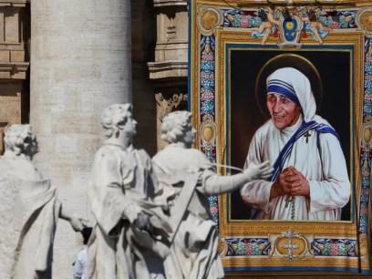 Imagem de Madre Teresa de Calcutá na Basílica de São Pedro, no Vaticano, para cerimônia de canonização (Foto: Stefano Rellandini/Reuters)