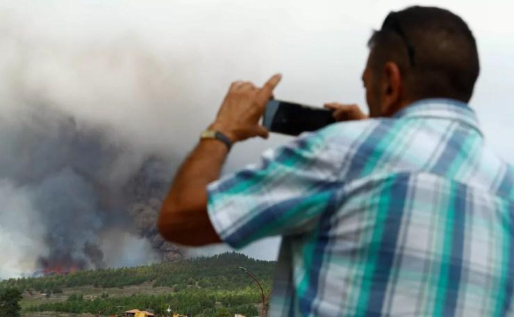Lava e fumaça sobem após a erupção de um vulcão no parque nacional Cumbre Vieja em El Paso, nas ilhas Canárias de La Palma — Foto: REUTERS / Borja Suarez