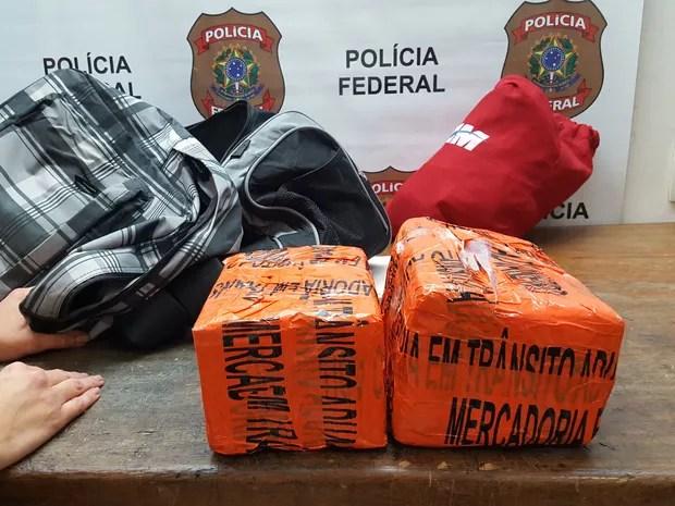 Funcionário de empresa foi preso colocando cocaína em bagagem no aeroporto de Cumbica (Foto: Polícia Federal/Divulgação)