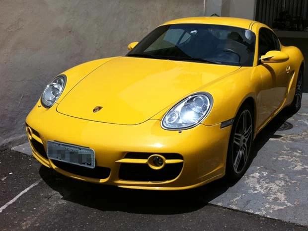 Porsche foi localizado na casa de um dos suspeitos; placa foi suprimida em edição pela reportagem (Foto: Eduardo Carvalho/G1)