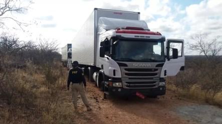 carreta que foi assaltada em Salgueiro é encontrada em Cabrobó — Foto: Divulgação/ PRF