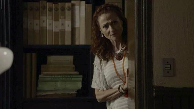 Milu (Zezé Polessa) ouve parte da conversa de Eurico (Dan Stulbach) e Valentina (Lilia Cabral) em 'O Sétimo Guardião' — Foto: TV Globo
