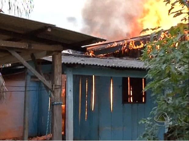 Residência era de madeira e foi consumida pelas chamas nesta quinta (16) (Foto: Reprodução/TVCA)