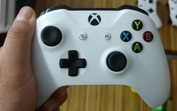 Xbox One S também virá com novo modelo de joystick, com sensor Bluetooth (Foto: Bruno Araujo/G1)