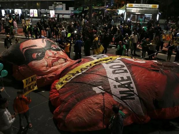 Manifestantes contra Dilma Rousseff preparam boneco da ex-presidente na Avenida Paulista (Foto: Paulo Whitaker/Reuters)