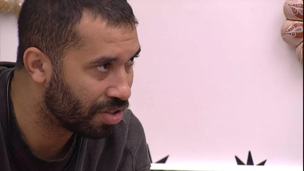 Gilberto critica sister no BBB21: 'Age por conveniência'  — Foto: Globo
