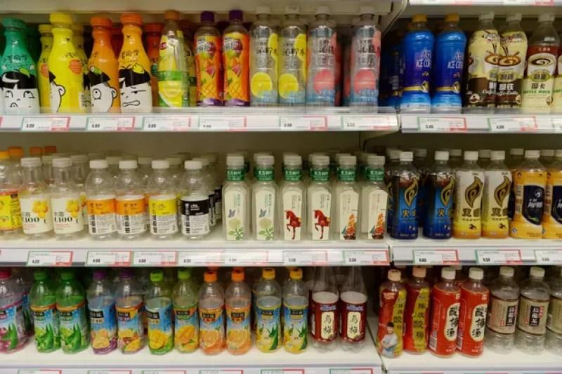Garrafas vazias foram colocadas à venda em um supermercado de Xangai (Foto: Reuters)