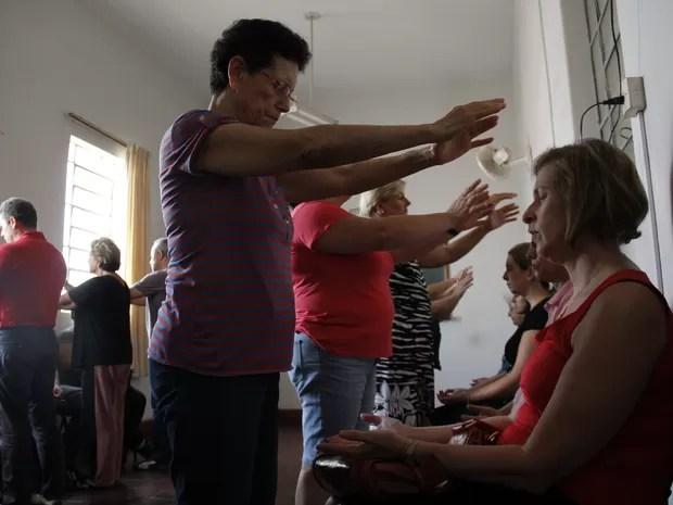 Passe simples sendo aplicado pelo grupo mediúnico (Foto: Isabela Ribeiro/ G1)