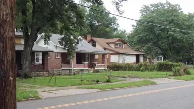 Leste da Troost Avenue, em Kansas City, lado mais pobre e marca da divisão racial da cidade (Foto: BBC)