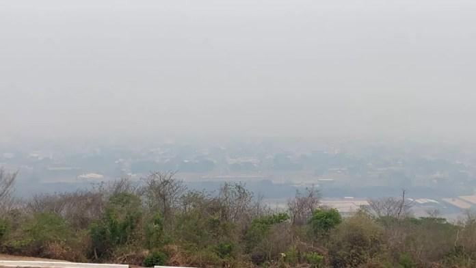 Corumbá 'escondida' por fumaça do fogo da área rural do Pantanal  — Foto: Caio Tumulero/TV Morena