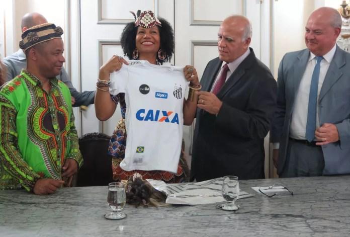 A rainha Diambi Kabatusuila foi presenteada com uma camiseta do Santos Futebol Clube — Foto: Liliane Souza/G1 Santos