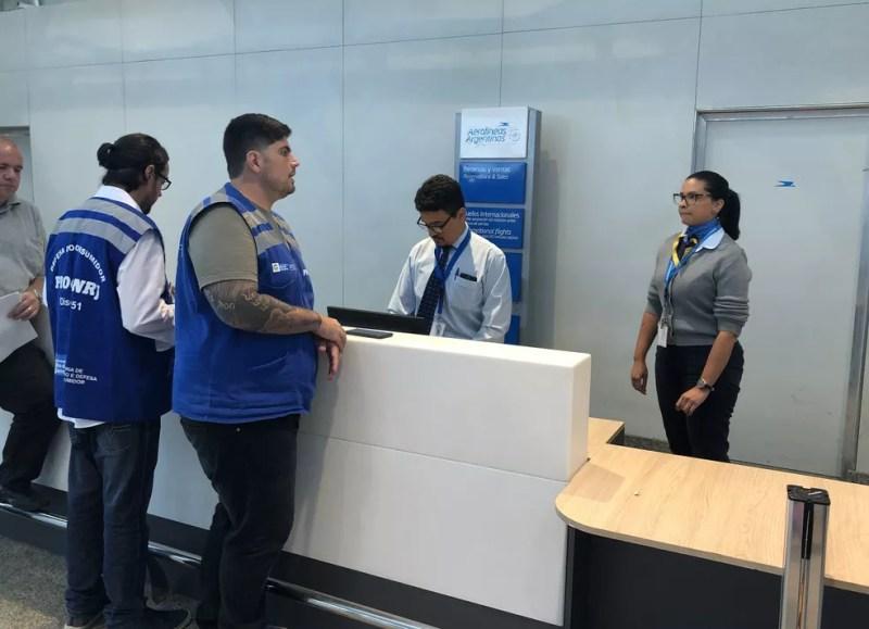 Fiscais do Procon no aeroporto do Galeão  — Foto: Divulgação/ Procon-RJ