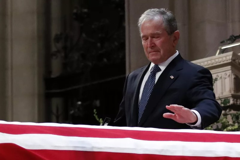 O ex-presidente dos EUA George W. Bush chora diante do caixão do pai durante cerimônia na Catedral Nacional de Washington — Foto: Alex Brandon/pool via AP