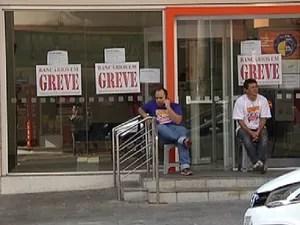 Bancários em frente a banco em Rio Preto (Foto: Reprodução / TV Tem)