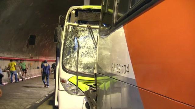 Ônibus fica com a frente destruída após acidente no túnel Marcello Alencar — Foto: Reprodução/TV Globo