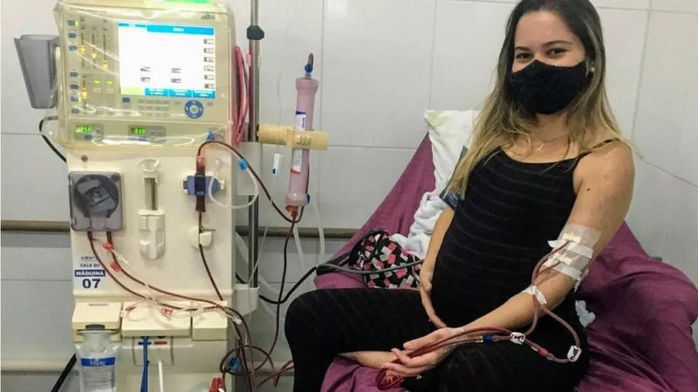 Gabriella, quando estava grávida, durante sessão de hemodiálise: 'tudo que eu consegui conquistar de bom na minha vida eu devo à hemodiálise' — Foto: Arquivo Pessoal