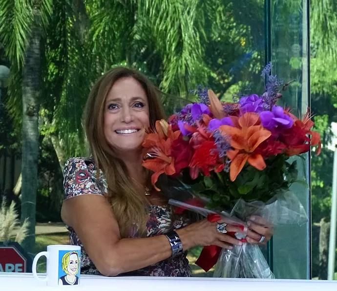 Susana Vieira ganhou flores depois de apresentar o Vídeo Show (Foto: Cristina Cople / Gshow)