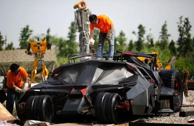 Funcionários trabalham em réplica de 'Batmóvel' em Xangai, na China (Foto: Carlos Barria/Reuters)