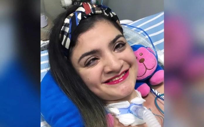 Danielly Narew de Lima, de 24 anos, que perdeu os movimentos e a fala, foi maquiada pelo marido, Goiás — Foto: Jimme França/Arquivo Pessoal