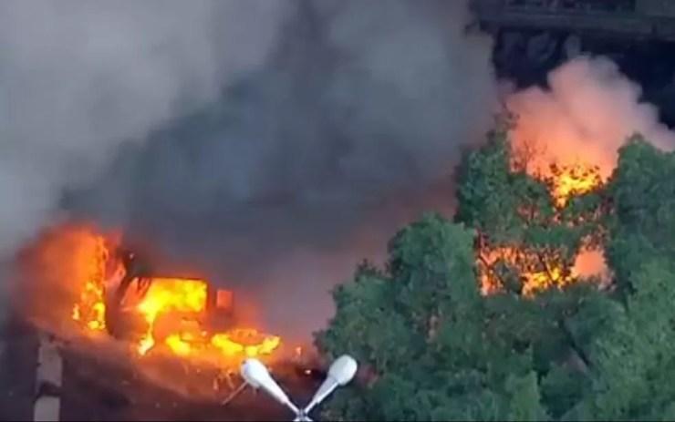 Ônibus pega fogo na Avenida Oswaldo Cruz (Foto: Reprodução / TV Globo)