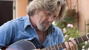 Bad Blake é um cantor e compositor de música country. Ele leva uma vida cheia de pequenos shows baratos que realiza em cidades do interior para um público que ainda o reconhece.