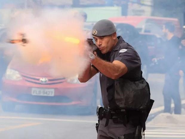 Pm atira em direção aos manifestantes durante protesto na Rodovia Raposo Tavares