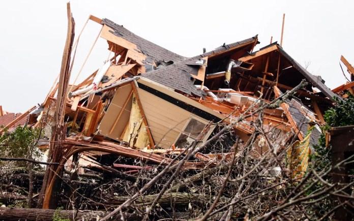 Casa destruída por tornado em Birmingham, Alabama, na quinta-feira (25) — Foto: AP Photo/Butch Dill
