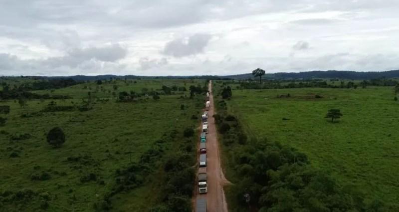 Fila de caminhões se forma ao longo da BR-174 — Foto: TVCA/Reprodução